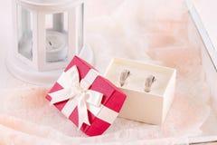 Обручальные кольца в подарочной коробке Стоковое фото RF