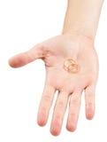 Обручальные кольца в руке Стоковое Изображение RF