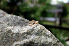 Обручальные кольца лежат на большой каменной лужайке Стоковые Фотографии RF