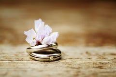 Обручальные кольца закрывают вверх в деревенском стиле Стоковое фото RF