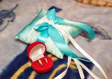 Обручальные кольца золота в красной коробке стоковое изображение