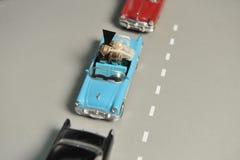 Обручальные кольца золота лежат в малом голубом автомобиле игрушки Стоковая Фотография RF