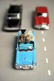 Обручальные кольца золота лежат в малом голубом автомобиле игрушки Стоковые Фотографии RF