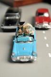 Обручальные кольца золота лежат в малом голубом автомобиле игрушки Стоковая Фотография