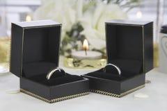 Обручальные кольца золота жениха и невеста Стоковые Изображения RF