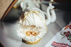 Обручальные кольца золота на букете белых роз Стоковые Изображения RF