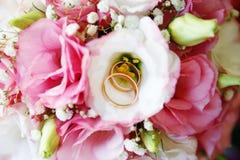Обручальные кольца золота на букете Стоковое Изображение RF