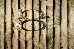 Обручальные кольца золота на камне Стоковая Фотография