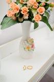 Обручальные кольца и букет цветков Стоковая Фотография RF