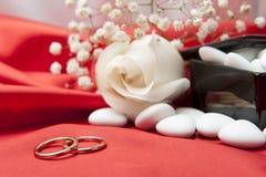 Обручальные кольца и благосклонности на шикарной ткани Стоковое фото RF
