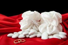 Обручальные кольца и благосклонности на шикарной ткани Стоковое Изображение RF