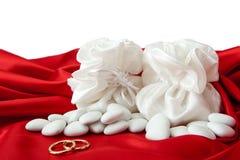 Обручальные кольца и благосклонности на шикарной ткани Стоковое Изображение