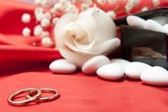 Обручальные кольца и благосклонности на шикарной ткани Стоковые Фото