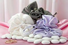 Обручальные кольца и благосклонности на элегантной ткани Стоковые Фото