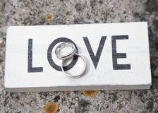Обручальные кольца и влюбленность стоковые изображения rf