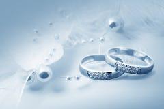 Обручальные кольца и декор жемчуга Стоковое Изображение RF