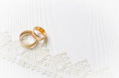Обручальные кольца и лента шнурка Стоковое Изображение