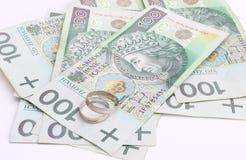 Обручальные кольца и деньги на белой предпосылке Стоковое фото RF