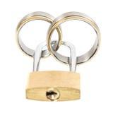 Обручальные кольца и ключевой замок над белизной Стоковая Фотография