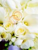 Обручальные кольца и розы Стоковые Изображения