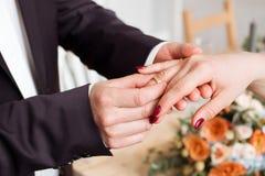 Обручальные кольца и руки жениха и невеста молодые пары свадьбы на церемонии супружество Человек и женщина в влюбленности 2 счаст Стоковые Фото