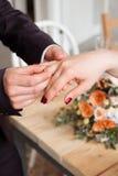 Обручальные кольца и руки жениха и невеста молодые пары свадьбы на церемонии супружество Человек и женщина в влюбленности 2 счаст Стоковые Изображения