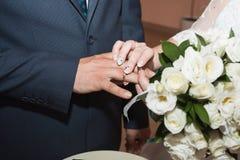 Обручальные кольца и руки жениха и невеста молодые пары свадьбы на церемонии супружество Человек и женщина в влюбленности 2 Стоковая Фотография RF
