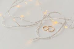 Обручальные кольца и света стоковые фотографии rf