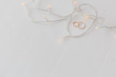 Обручальные кольца и света стоковая фотография