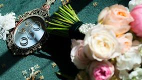 Обручальные кольца и серьги лежа на зеркале Стоковое фото RF