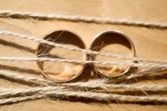 Обручальные кольца и строка Стоковая Фотография