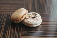 Обручальные кольца колец золота диаманта свадьбы на таблице Стоковая Фотография