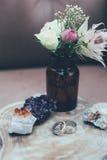 Обручальные кольца, кристаллы и розы Стоковые Фото