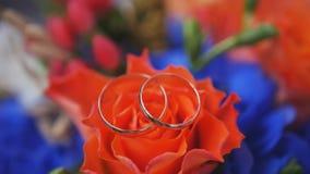 Обручальные кольца на букете красных роз, конец вверх Стоковая Фотография
