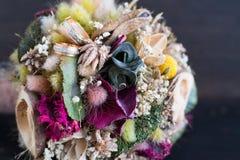 Обручальные кольца на букете полевых цветков Стоковая Фотография RF