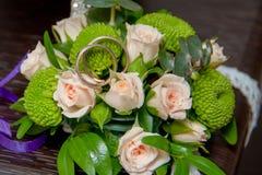 Обручальные кольца на букете роз Стоковое фото RF