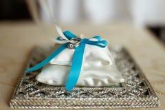 Обручальные кольца на валике с голубой лентой Стоковое Изображение