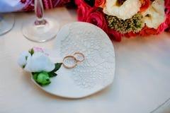 Обручальные кольца на декоративной плите Стоковые Изображения