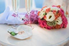 Обручальные кольца на декоративной плите Стоковая Фотография