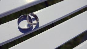 Обручальные кольца на деревянной поверхности, символе свадьбы и парах Стоковые Фото
