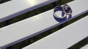 Обручальные кольца на деревянной поверхности, символе свадьбы и парах Стоковые Изображения
