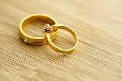 Обручальные кольца на деревянной поверхности Стоковое Изображение RF