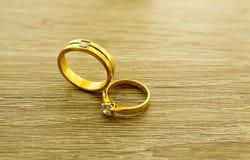 Обручальные кольца на деревянной поверхности Стоковые Изображения RF