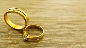 Обручальные кольца на деревянной поверхности Стоковые Изображения