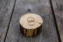 Обручальные кольца на деревянной предпосылке Стоковое Изображение