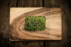 Обручальные кольца на деревянном столе Стоковое Изображение