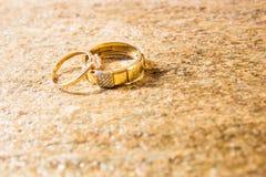 Обручальные кольца на естественном камне с включениями родного золота Руки и сердца предложения Стоковые Изображения