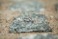 Обручальные кольца на камне Стоковые Изображения RF