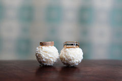 Обручальные кольца на конфете Raffaello Стоковая Фотография RF