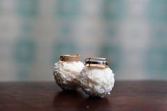 Обручальные кольца на конфете Raffaello Стоковые Изображения